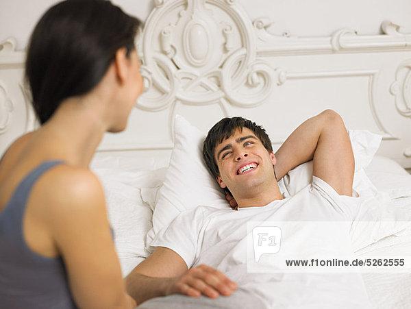 Young couple on Bett zusammen