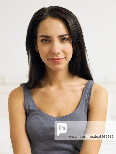 junge Frau junge Frauen Portrait Kleidung grau