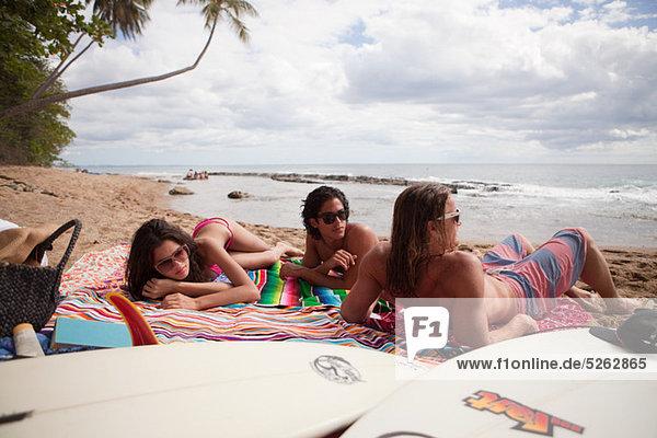 Drei junge Freunde am Strandurlaub
