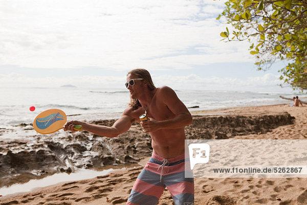 Mann Strand Spiel Ball Spielzeug spielen