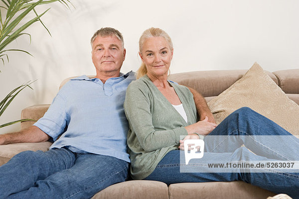 reifes Paar auf Sofa sitzend