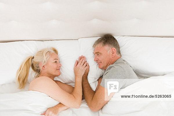 halten Bett reifer Erwachsene reife Erwachsene