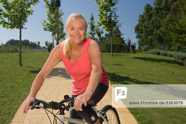 Reife Frau Radfahrer mit Fahrrad