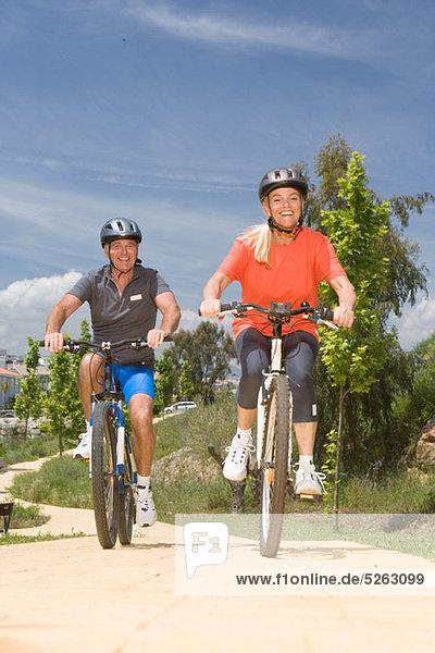 reifes Paar Radfahren zusammen