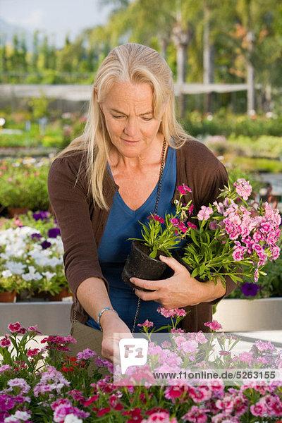 Frau mit Blumen im Garten centre