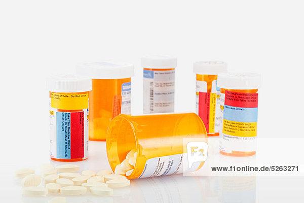 Pillenbehälter und verschüttete Pillen