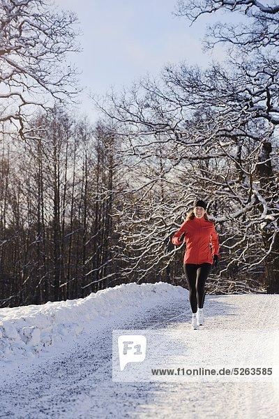 Reife Frau Joggen im winter