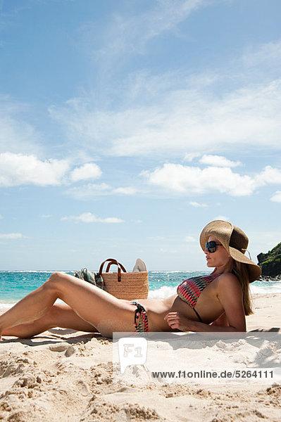 Frau liegt am Sandstrand  Mustique  Grenadinen