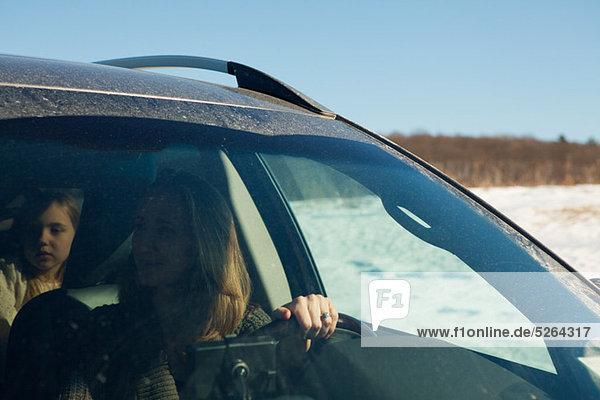 Mutter und Tochter in Auto fahren