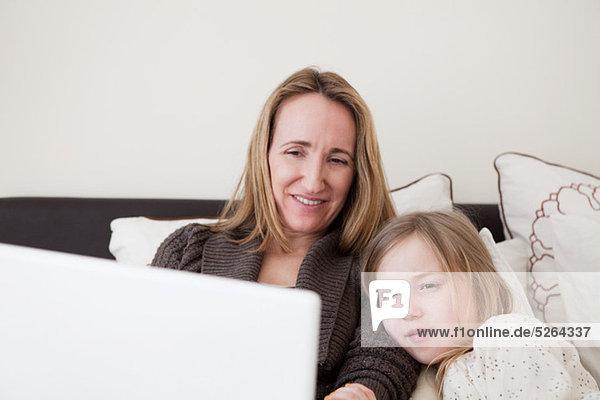 benutzen Notebook Tochter Mutter - Mensch