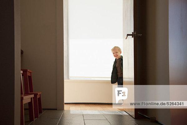 Junge - Person aufspüren Eingang nachsehen rund