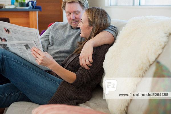sitzend Couch Zeitung vorlesen