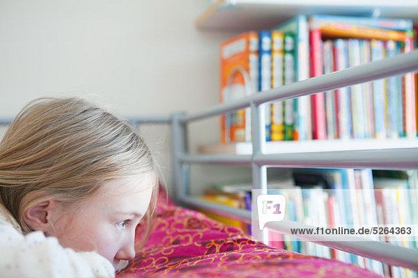 liegend liegen liegt liegendes liegender liegende daliegen Traurigkeit Bett jung Mädchen