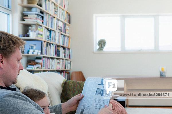 Menschlicher Vater Tochter Zeitung vorlesen