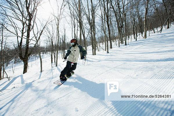 Frau auf Snowboard