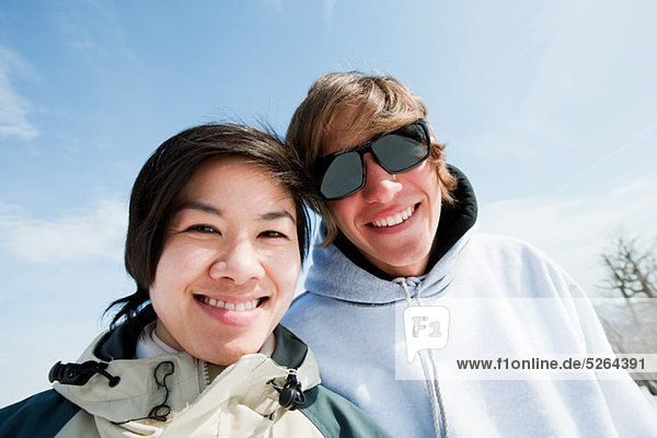Paar lächelt in die Kamera  Porträt  fully_released