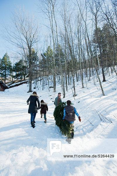 Familienwanderung im Schnee