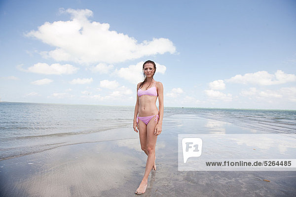 Young Woman standing in seichtes Meer  Porträt