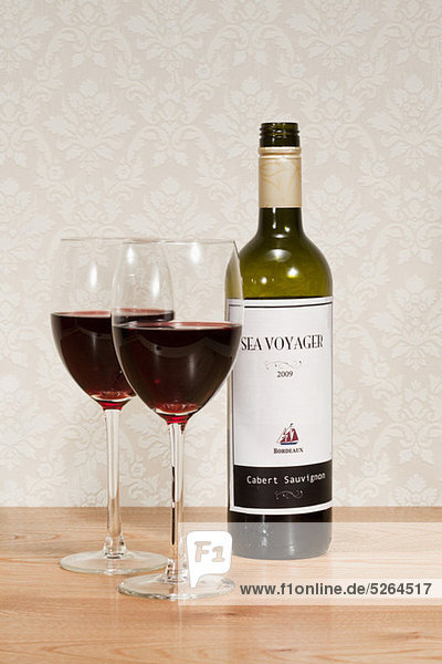 Flasche Rotwein und Weingläser
