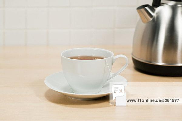 Teetasse und Wasserkocher