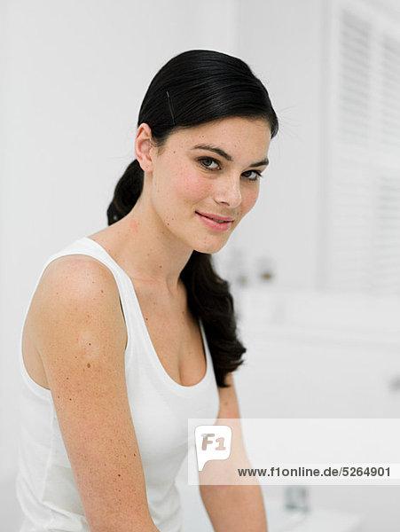 Portrait einer jungen Frau in Badezimmer