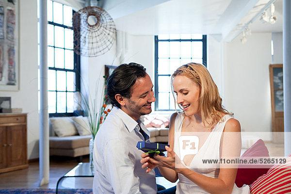 Mann geben Geschenk an Frau Mann geben Geschenk an Frau