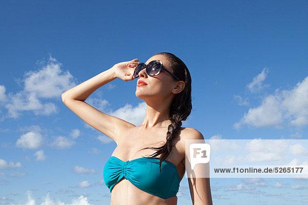 Frau mit Sonnenbrille als Augenschutz