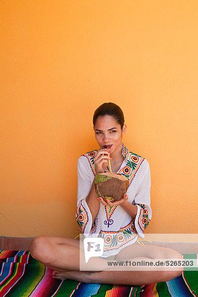 Frau trinkt tropischen Fruchtsaft