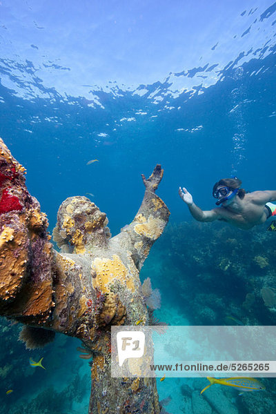 Schnorchler und Unterwasserstatue
