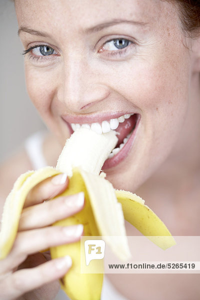 Close up of Girl eating eine Banane
