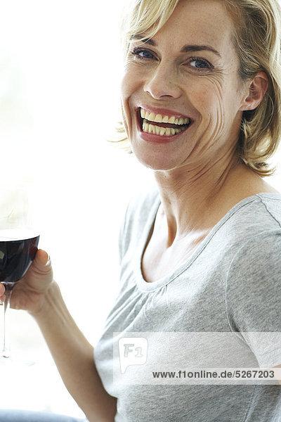 Glückliche Frau Glas Rotwein