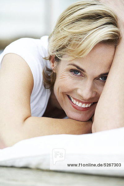 Portrait of happy  Reife Woman lying on deck