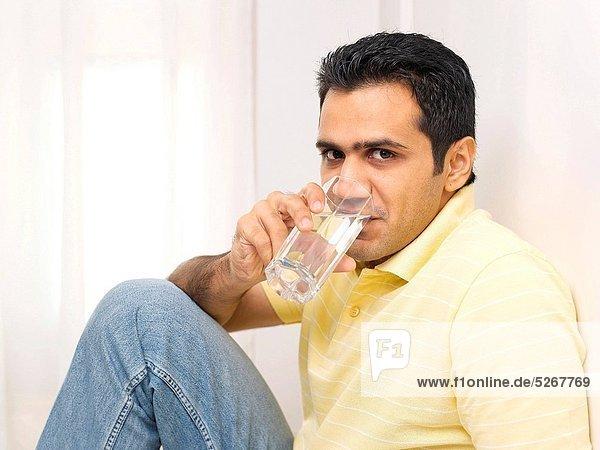 Wasser Mann Glas trinken
