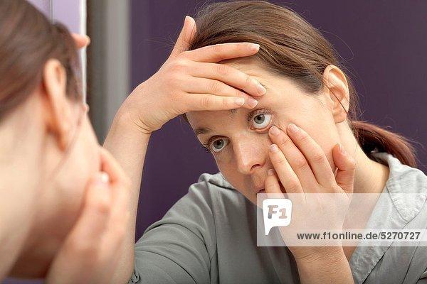 Frau  sehen  Spiegel