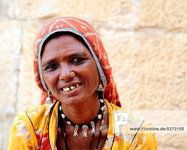 Portrait  Frau  Kleidung  Schmuck  typisch  Indien  Jaisalmer  alt  Rajasthan