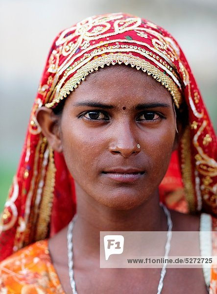 Portrait of a beautiful young girl in a typical rajasthani dress Mandawa  Shekawati region  Rajasthan  India