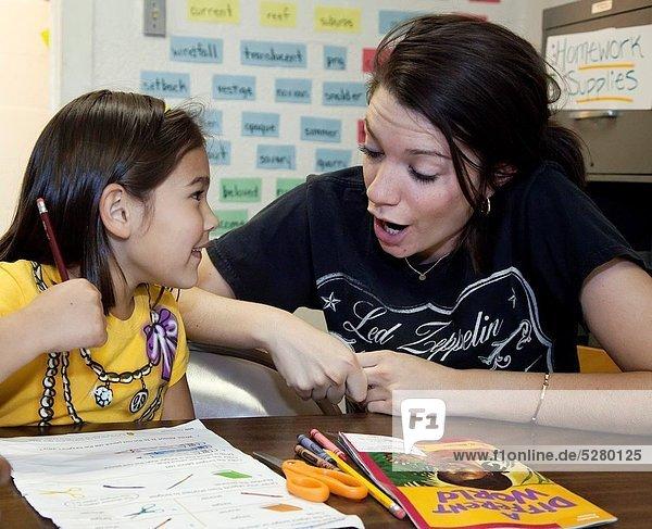 Wohnhaus Hilfe Unterstützung Kirche Schule (Einrichtung) Verbindung Mädchen Hausaufgabe Tennessee Weg