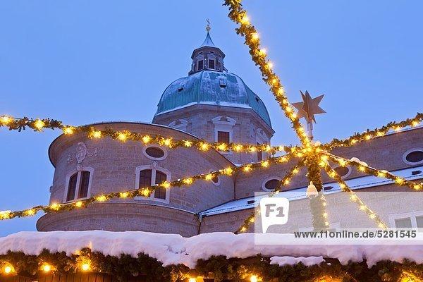 Der Salzburger Dom mit den Lichtern des Weihnachtsmarktes  Salzburg  Österreich