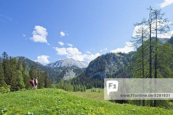 Zwei Frauen stehen auf einer Alm in den Berchtesgadener Alpen  Deutschland