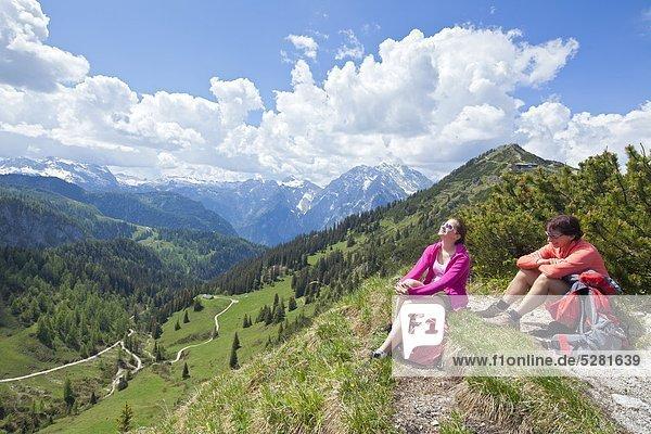 Zwei Frauen rasten bei einer Bergwanderung am Jenner  Berchtesgadener Alpen  Deutschland