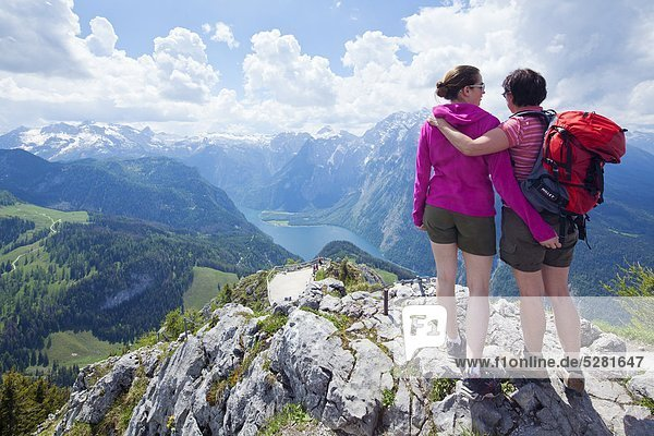Mutter und Tochter am Gipfel des Jenner über dem Königsee  Berchtesgadener Alpen  Deutschland