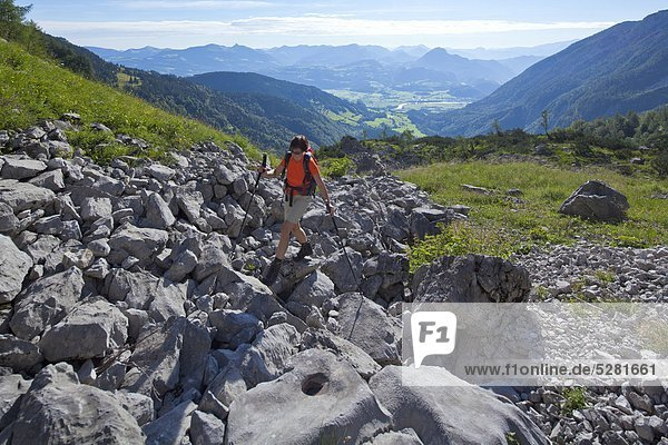 Frau wandert unterhalb des Hohen Gölls  Berchtesgadener Alpen  Österrreich