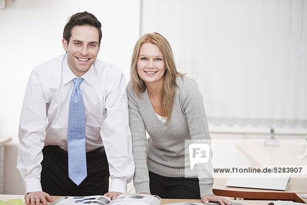 Portrait of young Businessman mit Kollegin