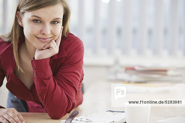Portrait of young Businesswoman am Schalter
