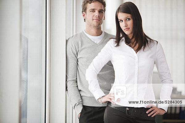 Portrait of young Businesswoman with männlichen Kollegen
