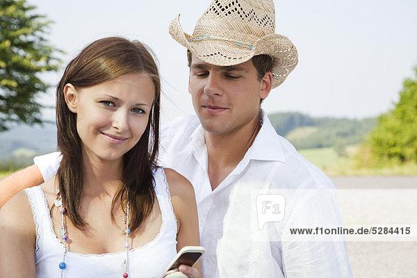 Portrait of young Couple mit Mobiltelefon