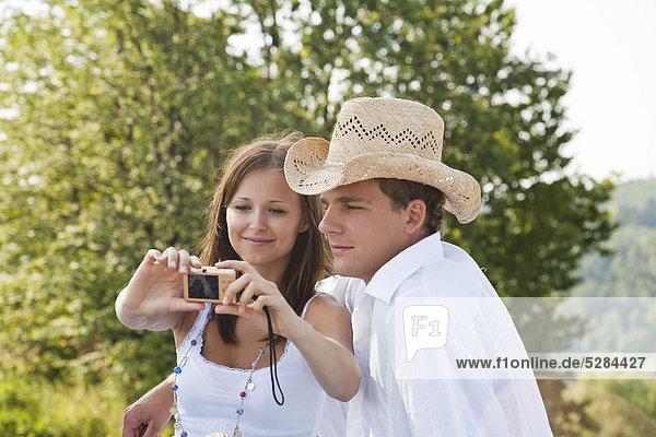 junges Paar Aufnahme Bild von sich selbst