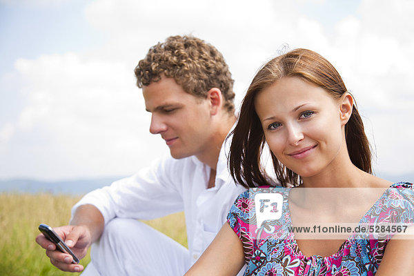 Portrait of young Couple Man schreiben SMS-Nachricht auf Handy