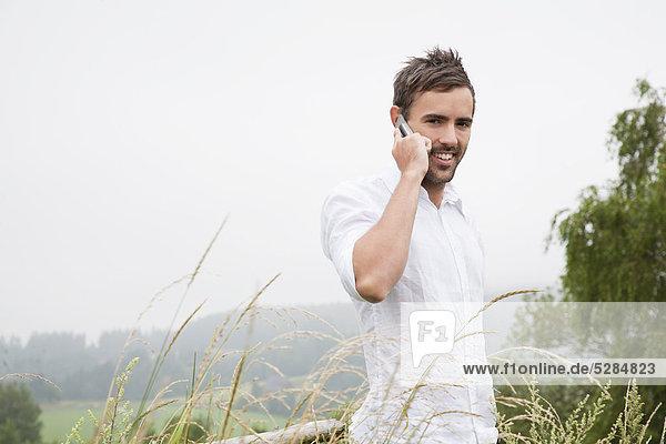 Porträt jungen Mannes reden auf Handy Porträt jungen Mannes reden auf Handy