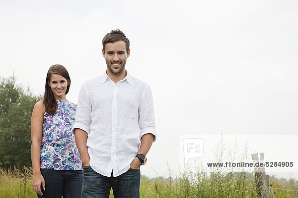 Portrait of young Couple in der Natur
